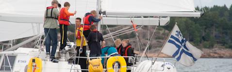 Partiolaisia veneen sitloodassa