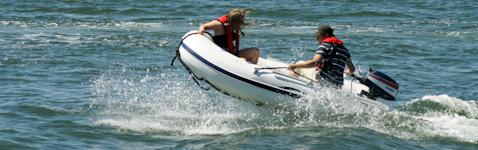 Partiolaiset ajavat kumiveneellä